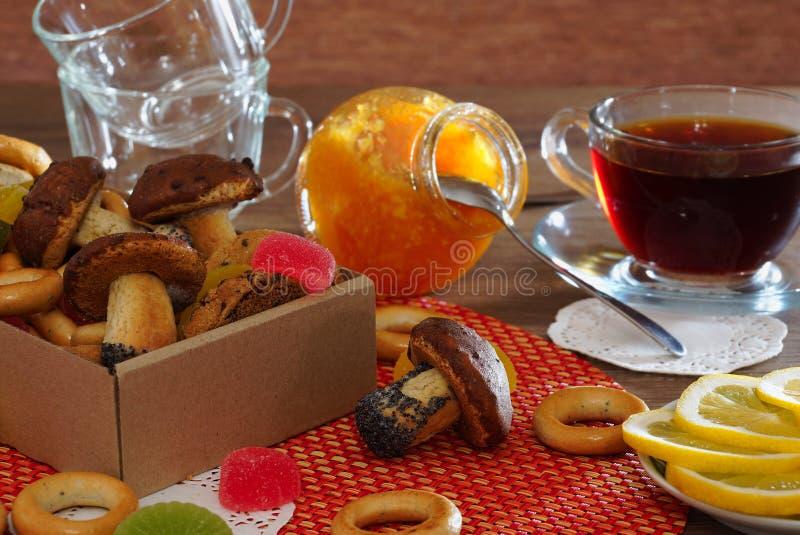 Чай с домодельными печеньями, оранжевым вареньем, бейгл и лимоном стоковое изображение rf
