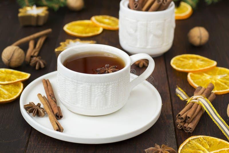 Чай с специями в керамической чашке с украшениями рождества стоковые изображения rf