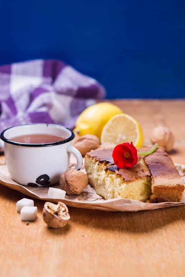 Чай с тортом стоковая фотография rf