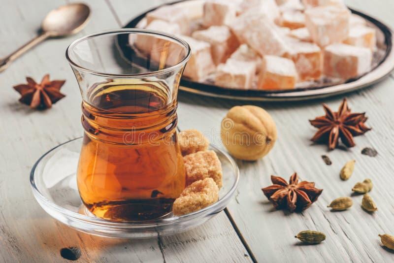 Чай с турецким наслаждением Rahat Lokum и различными специями стоковое фото rf
