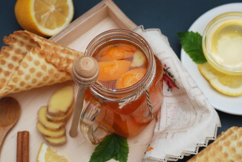 Чай цитруса имбиря или плодоовощ Чай Имбирь, лимон, листья мяты и Honney Конусы Waffle Селективный фокус Темная предпосылка стоковое фото
