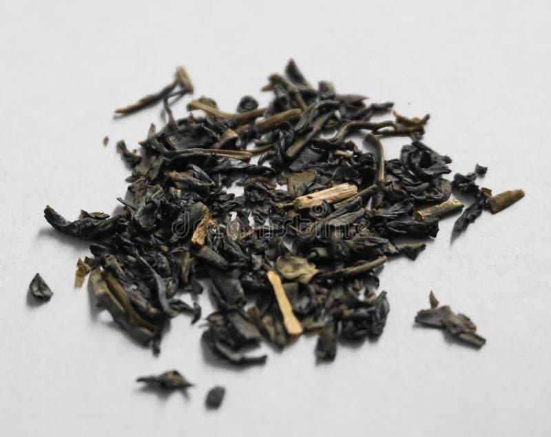 Чай Юньнань свободный против белой предпосылки стоковое фото