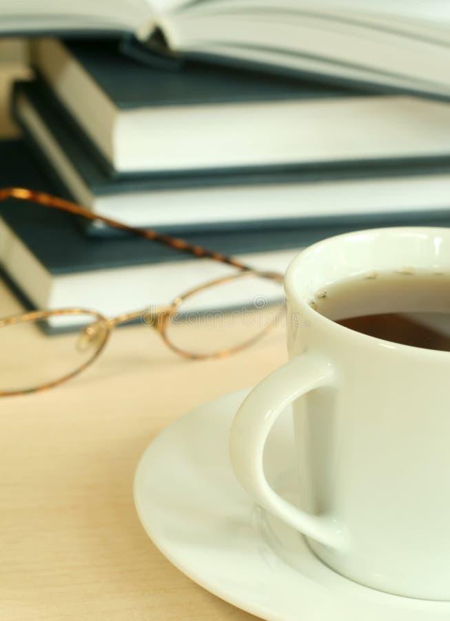 чай eyeglasses чашки книг стоковые фото