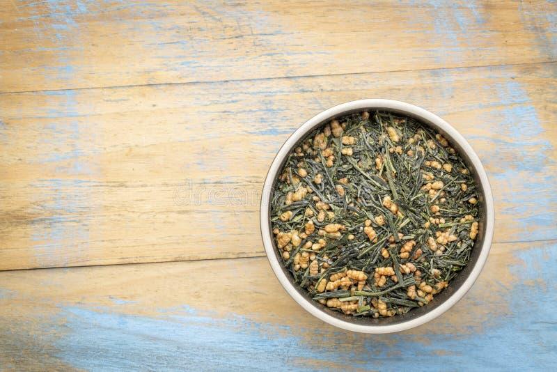 Чай Genmaicha зеленый с зажаренным в духовке рисом стоковое фото