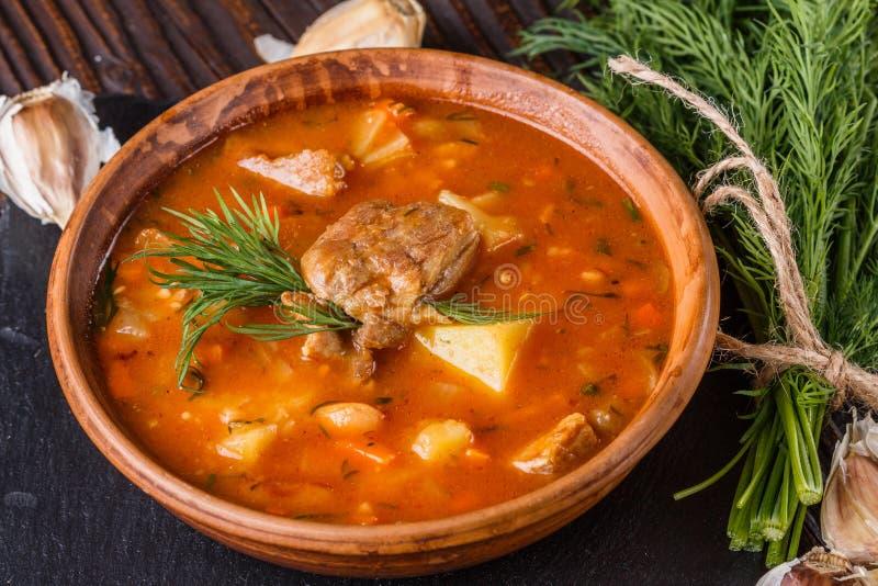 Чанахи - традиционный грузинский мясной рагу в чашке на горной доске стоковые фотографии rf