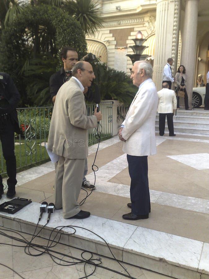 Чарльз Aznavour в интервью ТВ стоковое изображение rf