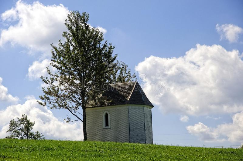 Часовня на зеленом поле с голубым небом стоковая фотография