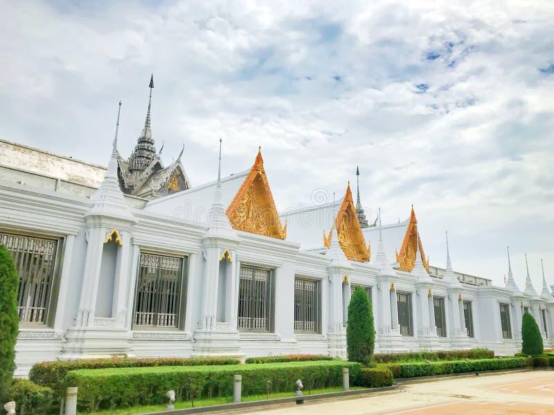 Часовня святилища мозаики стеклянная на виске виска Ram Chan Tha спетом Tha с голубым небом и облаками на thani Uthai, Таиланде стоковое изображение rf