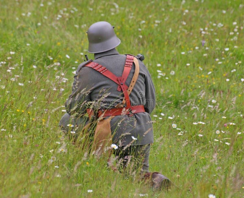 Часовой пока патрулирующ горную область перед сражением стоковая фотография