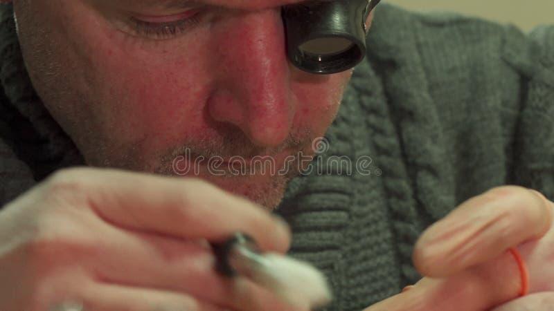 Часовщик обтирает механизм репитера стоковая фотография rf