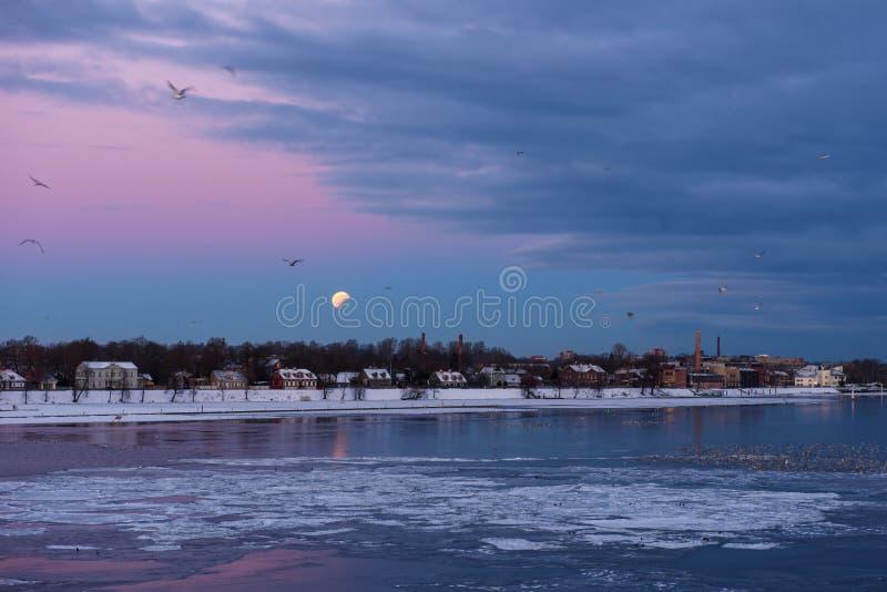 Частичное затмение большой луны поднимая луны после полного затмения луны стоковые фотографии rf
