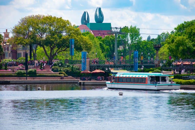 Частично взгляд гостиницы лебедя, плавания шлюпки такси и людей идя на променад на Epcot в мире Уолт Дисней стоковое изображение