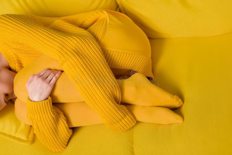 частично взгляд женщины в желтый спать свитера и колготков стоковое изображение rf