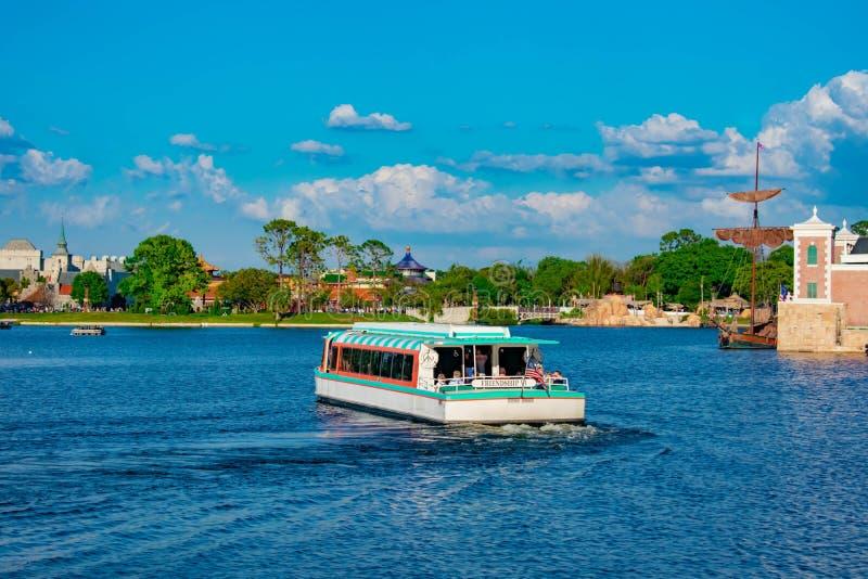 Частично взгляд старого плавания шлюпки galleon и такси на голубом озере на Epcot в мире Уолт Дисней стоковые фотографии rf
