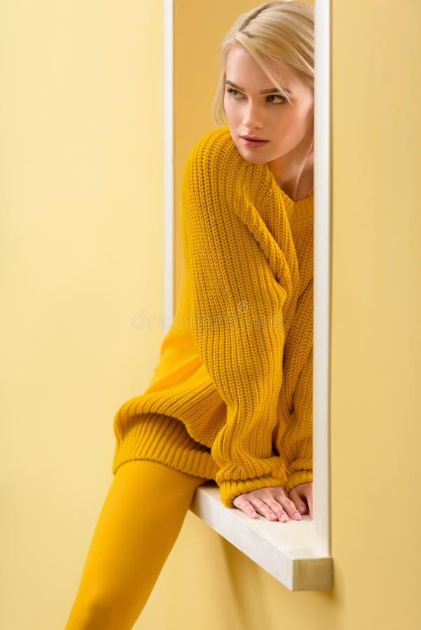 частично взгляд стильной задумчивой женщины стоковая фотография rf