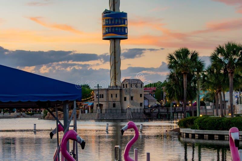 Частично взгляд шлюпок затвора лебедя, башни неба и пальм на красочном backgroun захода солнца на Seaworld в международной зоне п стоковые фотографии rf