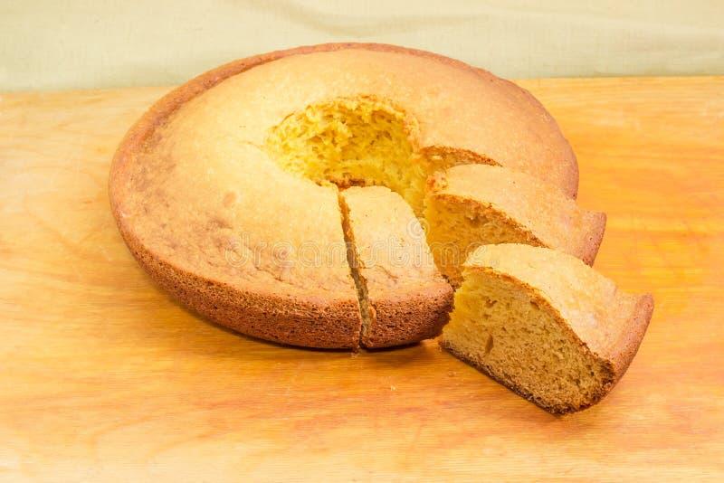Частично отрезанный домодельный конец-вверх торта bundt на селективном фокусе стоковая фотография
