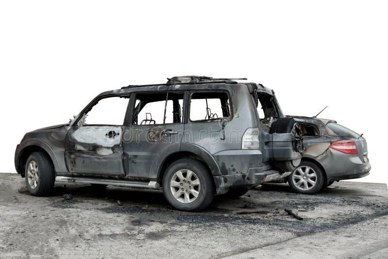 частично сгоренный вниз с автомобиля для пользы в фотомонтаже, SUV после огня, изолята стоковые фотографии rf