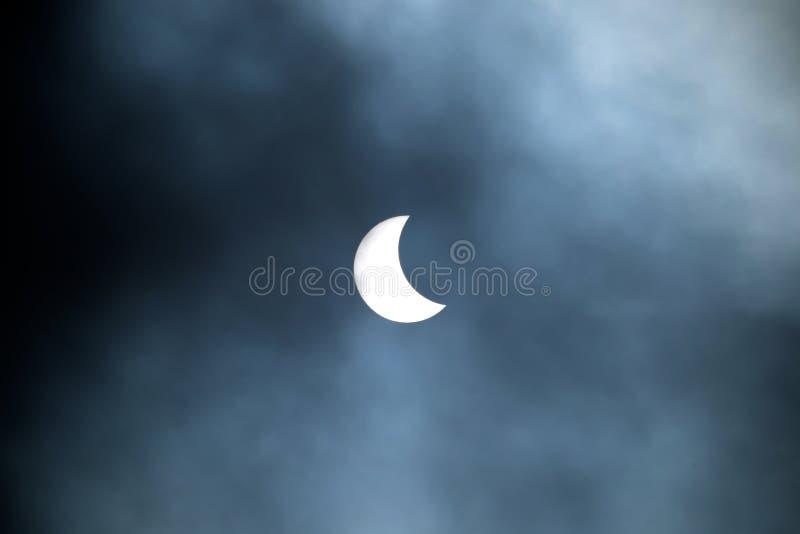Частично солнечное затмение 20 03 2015 на пасмурный день Научная предпосылка, астрономическое явление стоковые фотографии rf