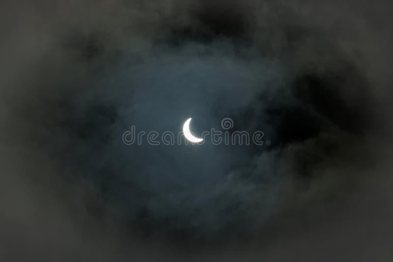 Частично солнечное затмение 20 03 2015 на пасмурный день Научная предпосылка, астрономическое явление стоковое изображение