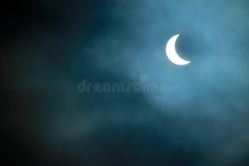 Частично солнечное затмение 20 03 2015 на пасмурный день Научная предпосылка, астрономическое явление стоковые изображения rf