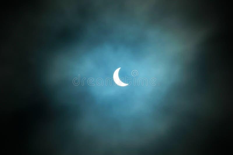 Частично солнечное затмение 20 03 2015 на пасмурный день Научная предпосылка, астрономическое явление стоковое фото rf