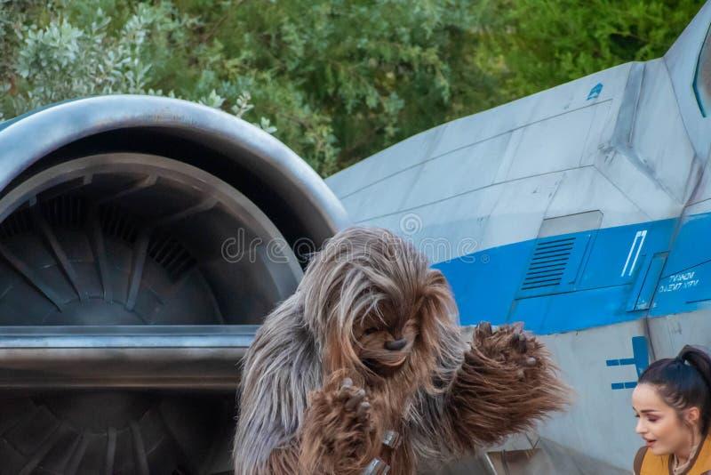 Частичный вид на Чубакку на заднем плане космического корабля в Star Wars Galaxys Edge на голливудских студиях 2 стоковые изображения rf