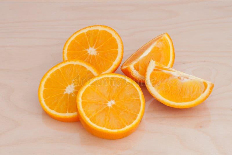 Части апельсина на доске стоковое изображение rf