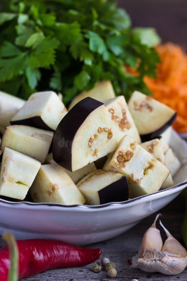 Части баклажана, перца и других овощей для того чтобы сделать ragout стоковые изображения