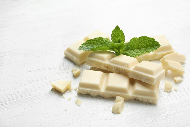 Части белого шоколада с мятой стоковое изображение rf