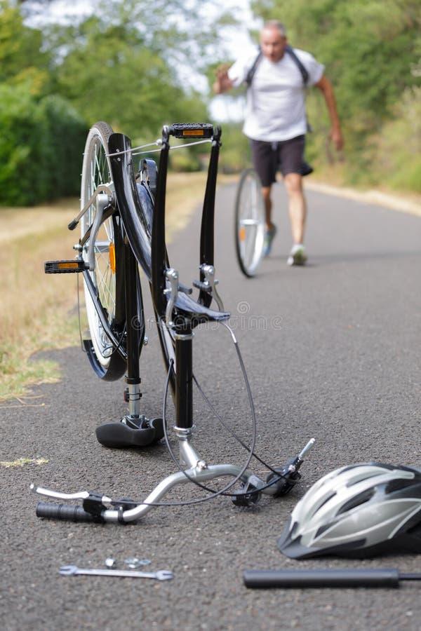 Части велосипеда в велосипеде демонтированном таблицей стоковое изображение