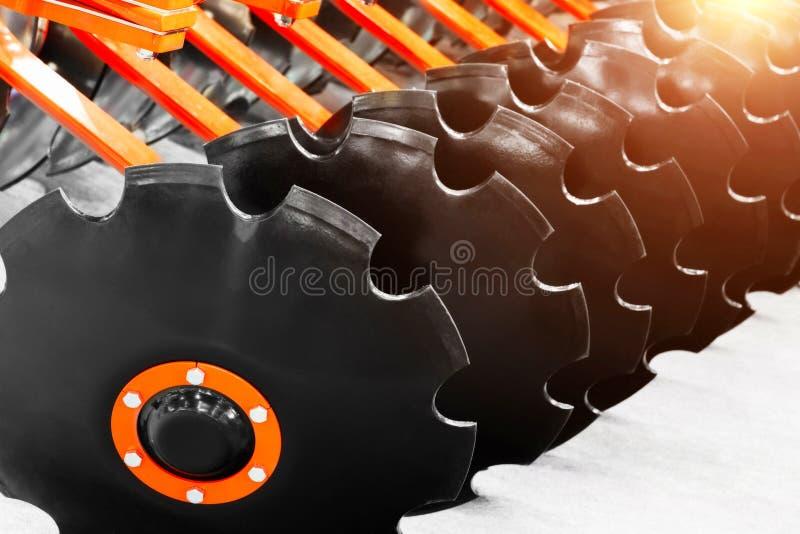 Части деятельности новой современной аграрной бороны диска Оборудование землепашества Взгляд конца-вверх культивировать диски, се стоковое фото