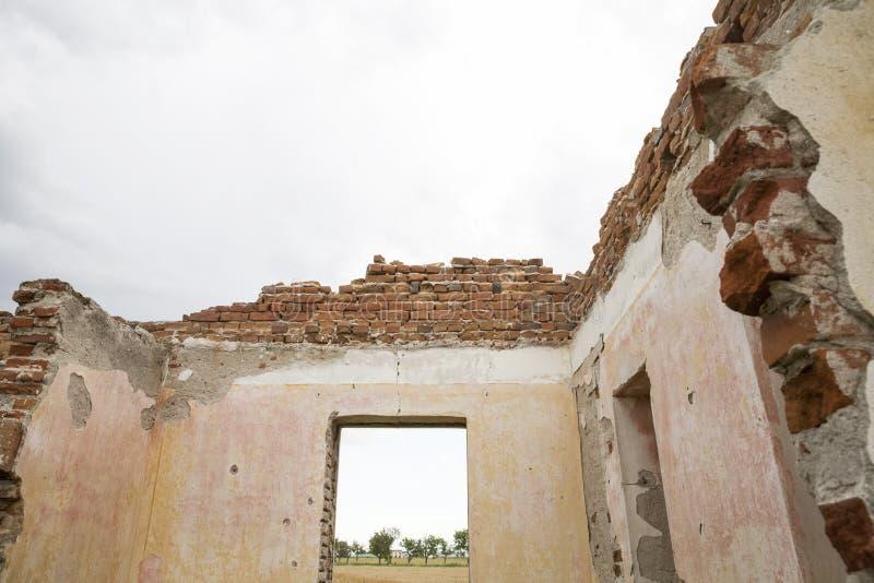 Части загубленного дома с драматическим небом - различные текстуры и травы стоковое фото