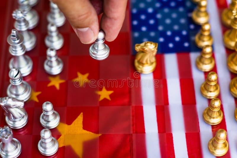 Части игры шахматной доски на США и предпосылке флага Китая, концепции ситуации напряжения торговой войны стоковое изображение rf