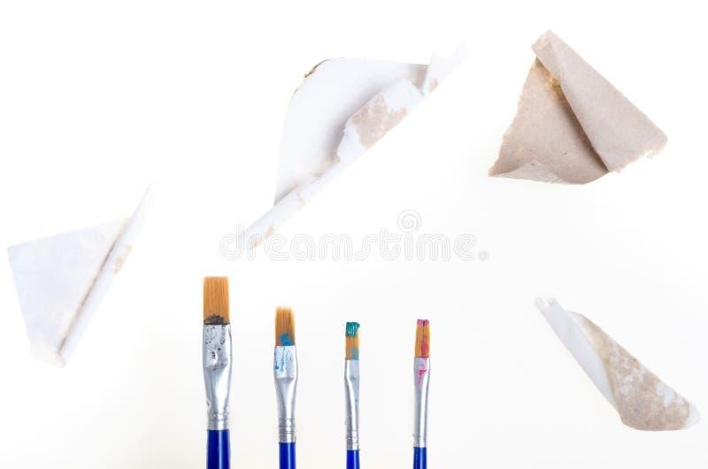 Части картона и 4 щетки картины с сухим tra цвета стоковые фото