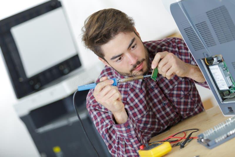 Части компьютера заварки человека стоковая фотография