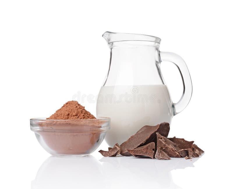 Части конца-вверх ломтя чернят шоколад с стеклянным шаром кувшина ½ ¿ andï бурого пороха молока стоковое фото