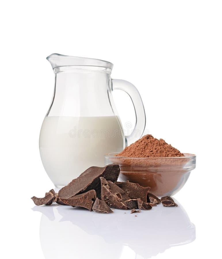 Части конца-вверх ломтя чернят шоколад с стеклянным шаром кувшина ½ ¿ andï бурого пороха молока стоковые изображения