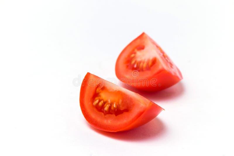 2 части красного зрелого томата на белой предпосылке, конце-вверх, космосе экземпляра стоковые фотографии rf