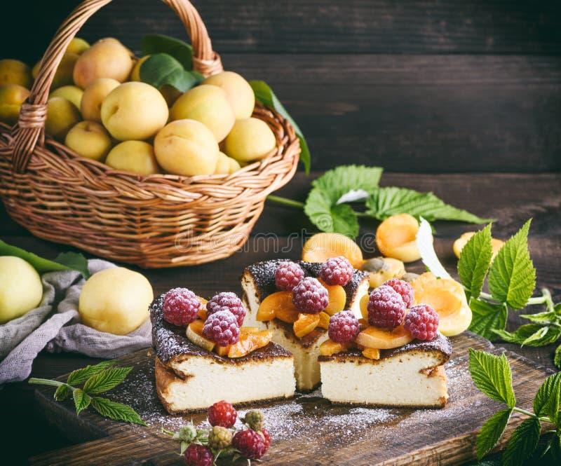 Части пирога творога с клубниками и абрикосами стоковая фотография rf