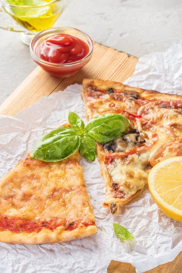 2 части пиццы с грибами и сыром стоковые фотографии rf