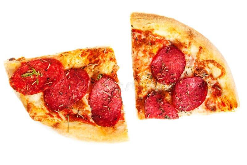 2 части пиццы Pepperoni изолированной на белой предпосылке, c стоковая фотография rf