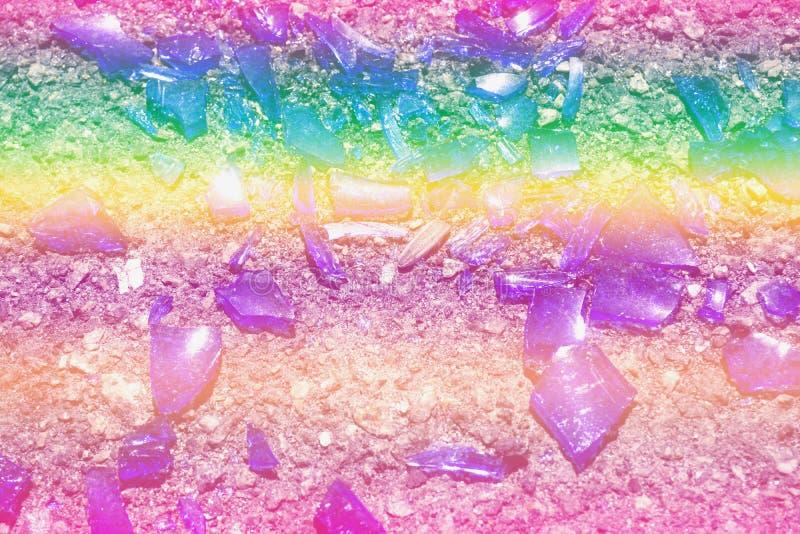 Части покрашенной стеклянной лож на асфальте Цвета фото: голубой, желтый, сирень, пурпур, фиолетовый стоковые изображения rf