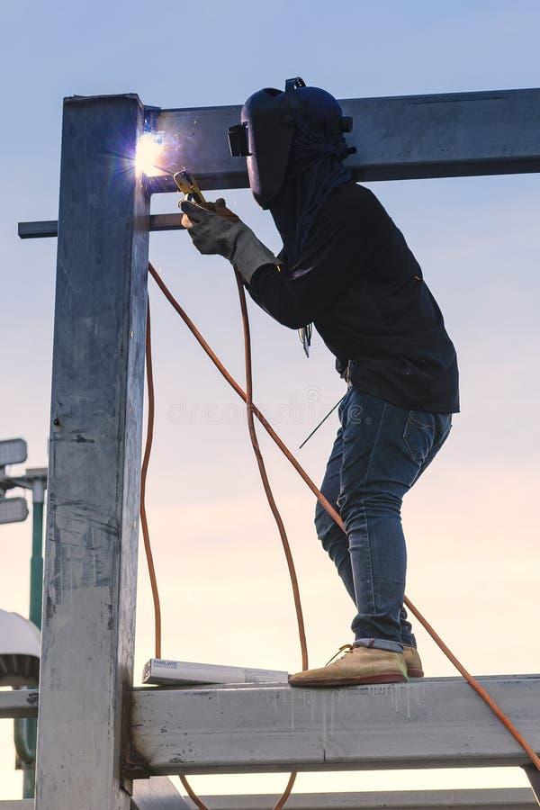 Части работника сваривая конструкции stell стоковое фото