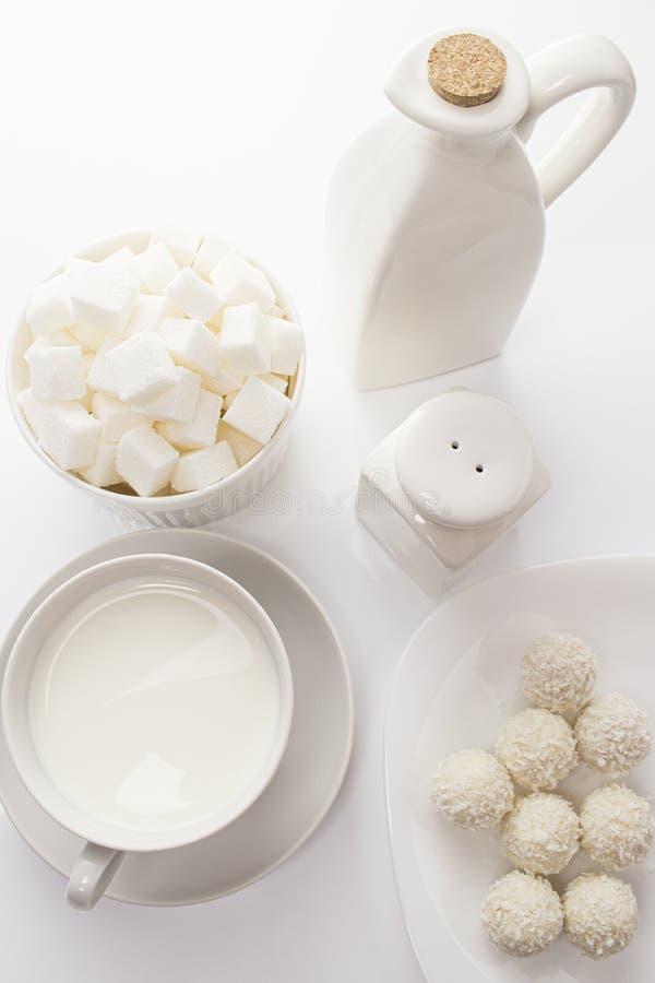Части сахара конфеты молока кокоса, белая еда на белом, натюрморт взгляда сверху белые блюда и еда на белой предпосылке, светлое  стоковая фотография