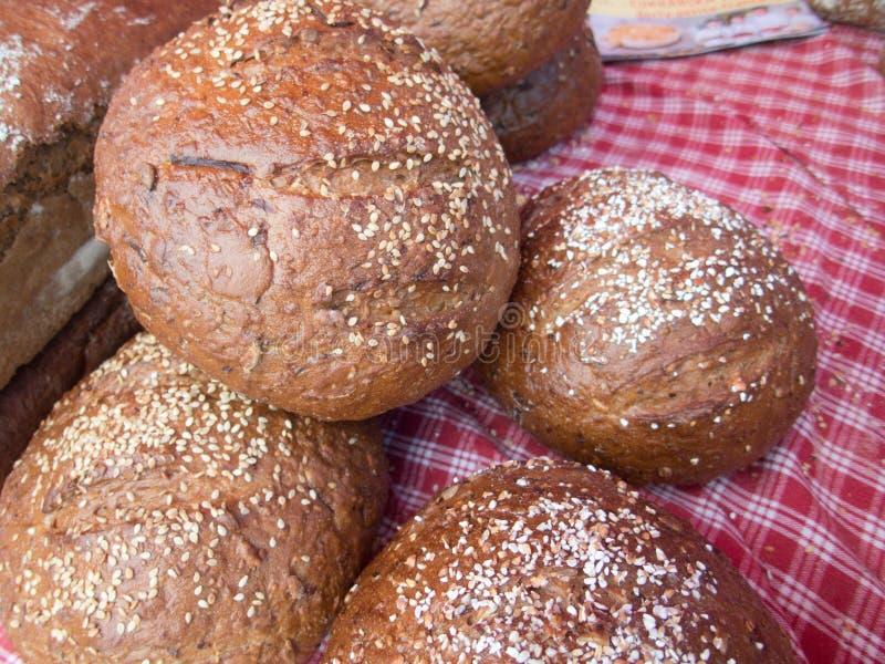 Части свежего хлеба на рынке стоковое фото rf