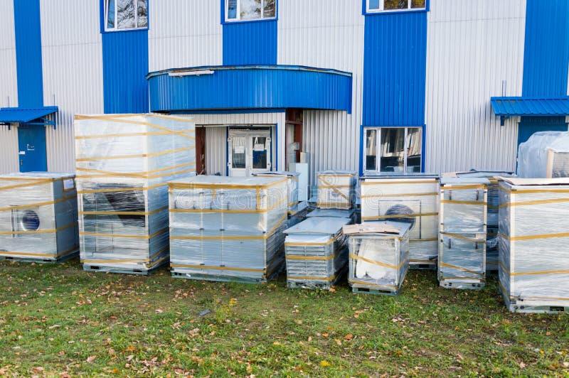 Части серого industrail проветривают регулировать блок готовый для собирая стоять близко к современному зданию производства стоковая фотография rf