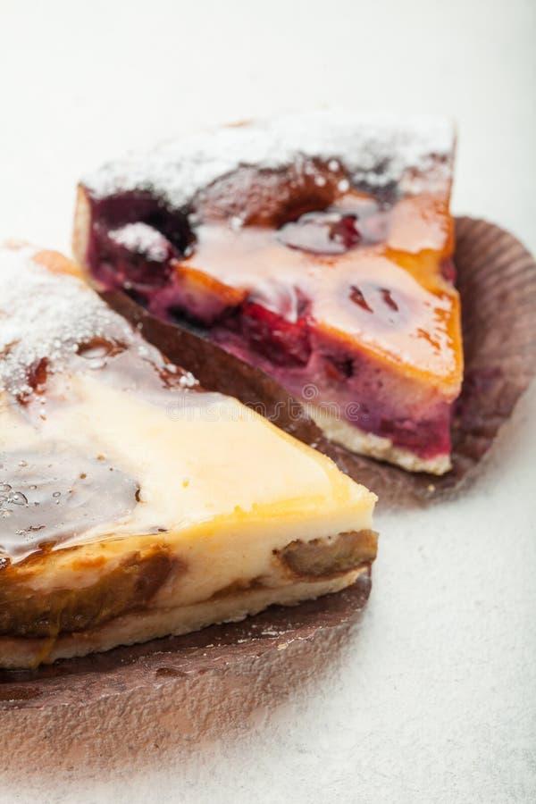 Части сладких пирогов плода со слоем студня стоковая фотография