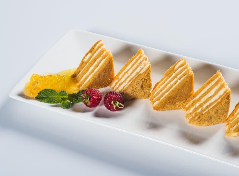 Части торта меда с полениками и мятой стоковые изображения rf