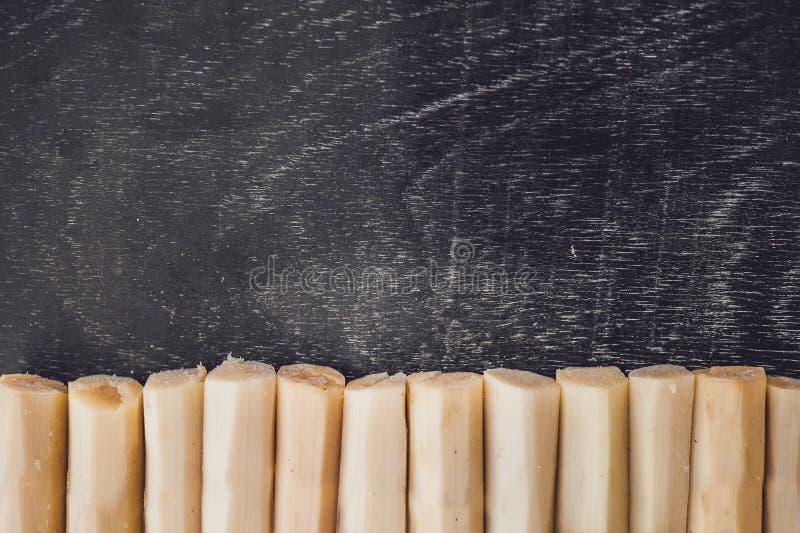 Части тростникового сахара на старой деревянной предпосылке Концепция сахара стоковые фотографии rf